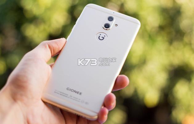 """在硬件方面,金立S9搭载了八核处理器,采用4GB运行内存+64GB机身存储,最大可扩展128GB TF卡。系统方面,金立S9采用基于Android 6.0的amigo OS 3.5.0。采用后置1300万+500万像素的双摄像头,前置摄像头为1300万像素, 附带一枚柔光灯。5.5英寸1080P分辨率屏幕,内置3000mAh电池,支持全网通。 在两颗后置摄像头的协同工作下,金立S9可以轻松实现背景虚化效果,使其在拍照性能上有不错的提升,照片拍好后用户还可以重新调整对焦点和虚化程度,做到了""""先拍"""
